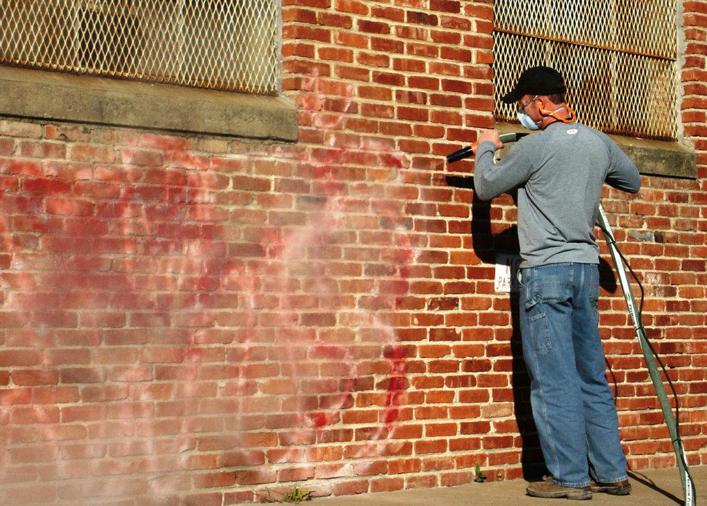Man is muur aan het stralen