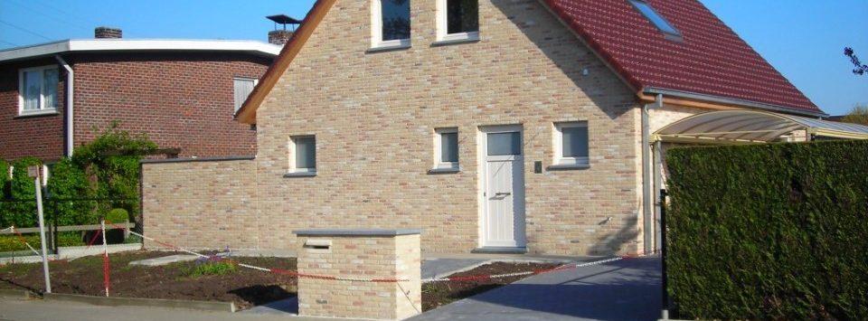 Villa met bleke gevelsteen en rood dak