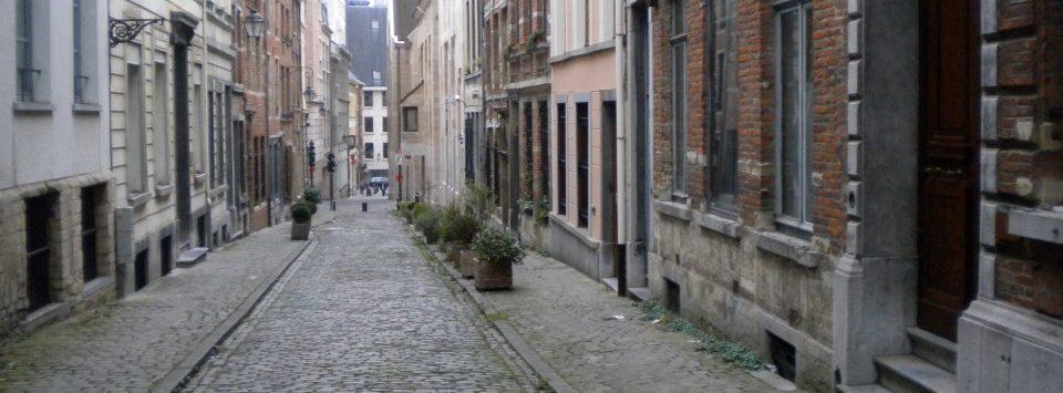 Aanzicht perspectief smalle oude straat centrum